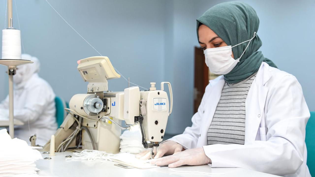 Altındağlı kadınlar günde 2 bin maske üretiyor